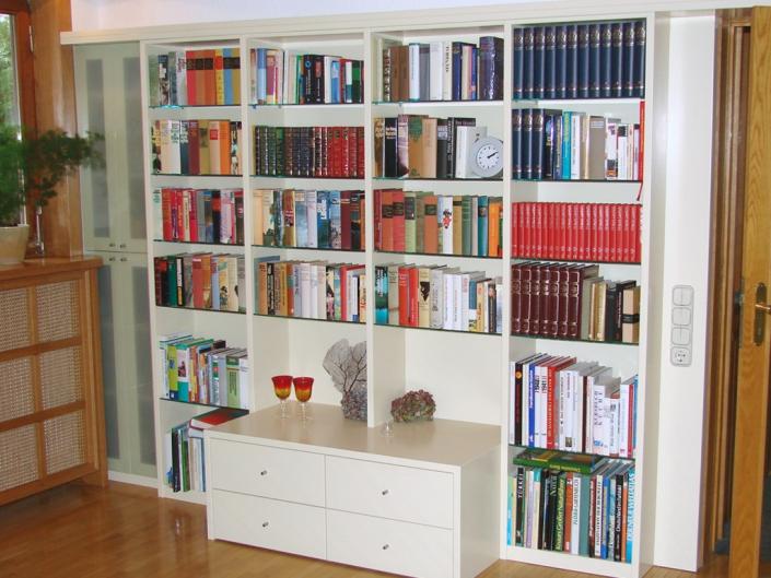 Bücher-Schrankfront MDF weiß lackiert mit Glaseinlegeböden / Heizkörperverkleidung Eiche mit Geflecht