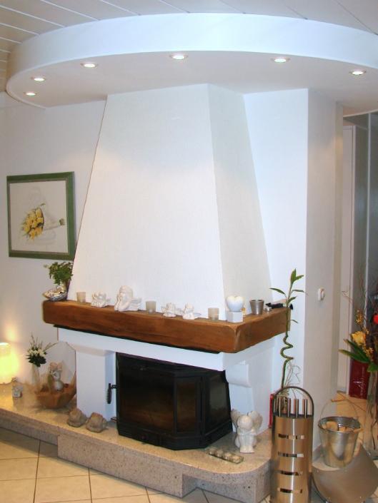 abgehängte runde Decke in weiß mit Einbauleuchten