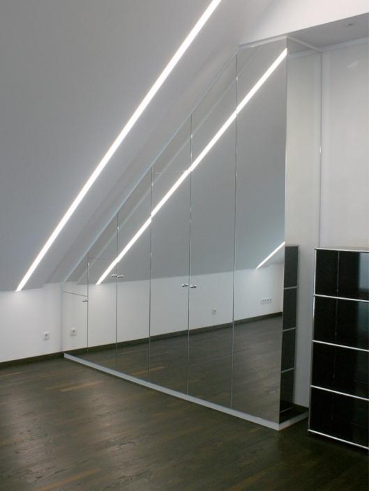 Einbauschrank Türen mit Spiegeln belegt - in Dachschräge - inklusive Verklediung Kamin - mit LED-Stripes