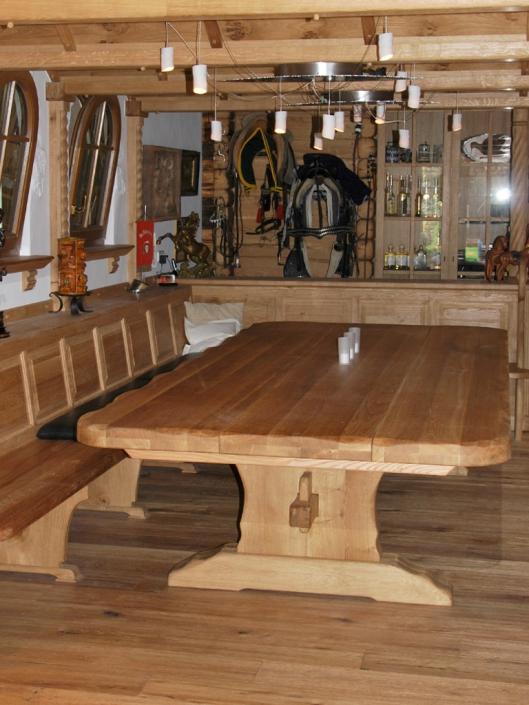 Fußboden Eiche gehobelt / Massivholztisch mit Massivholzbank / Gewölbedecke und Schrank Eiche