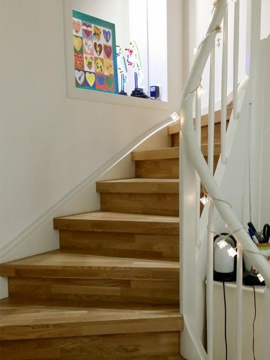 Treppenrenovierung mit Massivholzstufen in Eiche natur