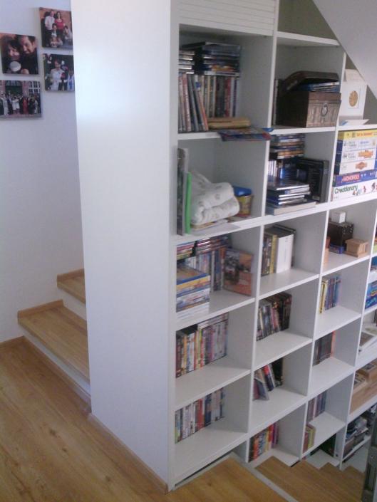 Bücherregal im Treppenauge